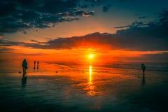 Osservatori di alba sulla vecchia spiaggia del frutteto fotografia stock libera da diritti