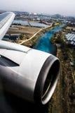 Osservazione dalla finestra dell'aeroplano con il fiume in vista immagine stock libera da diritti