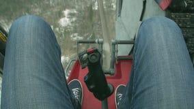 Osservi al cineoperatore delle gambe dentro l'elicottero di volo Sopra il giorno verde della foresta paesaggio leva volo video d archivio