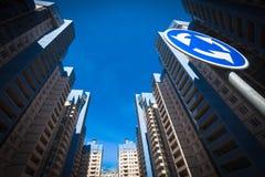 Osservi fino alla palazzina di appartamenti e ad un segnale stradale Fotografia Stock