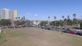 Osservi giù la strada e il embankmet dell'oceano archivi video