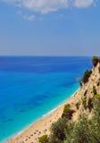 Spiaggia della sabbia con il grande mare blu Immagini Stock Libere da Diritti