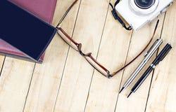 Osservi i vetri e smartphone e retro macchina fotografica di stile sul di legno Fotografie Stock
