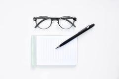 Osservi i vetri, il blocco note in bianco e la matita meccanica Fotografia Stock Libera da Diritti