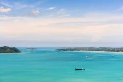Osservi il cielo blu sopra il mare delle Andamane a Phuket, Tailandia Fotografia Stock