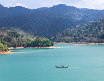 Osservi il lago della diga di ratchaprapha alla provincia di Surat Thani, Tailandia Fotografie Stock