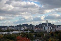 Osservi il paesaggio della città di Himeji con il fondo del cielo blu e della catena montuosa Immagini Stock Libere da Diritti