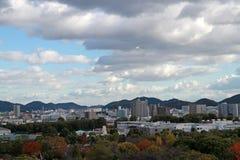 Osservi il paesaggio della città di Himeji con il fondo del cielo blu e della catena montuosa Immagine Stock Libera da Diritti