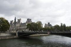 Osservi il paesaggio della città di Parigi alla riva del fiume della Senna e di Hotel de Ville Fotografia Stock Libera da Diritti