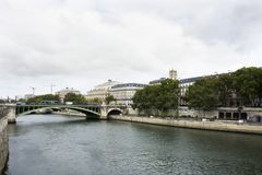 Osservi il paesaggio della città di Parigi alla riva del fiume della Senna a Parigi, Francia Immagine Stock Libera da Diritti
