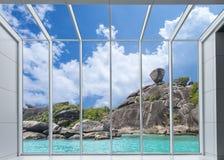 osservi il paesaggio urbano dalle finestre della struttura e dal vetro trasparente di alluminio, damerino immagine stock libera da diritti