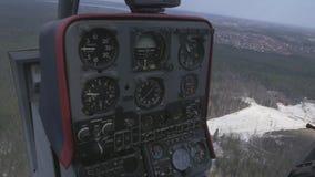 Osservi il pannello di controllo dell'elicottero nel momento del volo sopra il giorno soleggiato della foresta verde trasporto stock footage