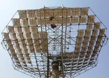Osservi il piatto solare parabolico da giù ad in su Fotografie Stock Libere da Diritti