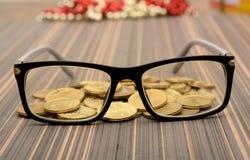 Osservi il vetro con le monete di oro - concetto dell'analisi Fotografie Stock Libere da Diritti