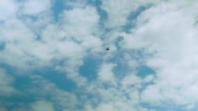 Osservi l'elicottero in cielo con differenti nuvole a forma di archivi video