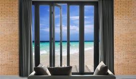 osservi la bei spiaggia di vista sul mare e mare e cielo tropicali del cielo blu, Immagini Stock