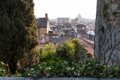 Osservi la cima dei tetti alla città Udine fotografie stock