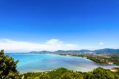 Osservi la città del cielo e del turista del mare a Phuket, Tailandia immagine stock