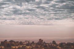 Osservi la grande megalopoli sotto il cielo nuvoloso, zone residenziali della vista aerea di St Petersburg dei tetti delle case fotografia stock