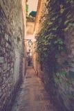 Osservi la via stretta in vecchia città di Budua montenegro Fotografia Stock Libera da Diritti