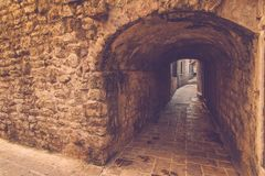 Osservi la via stretta in vecchia città di Budua montenegro Fotografie Stock Libere da Diritti