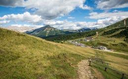 Osservi le montagne un giorno di estate, Tirolo del sud, il passaggio di Oclini, Italia delle dolomia Fotografia Stock Libera da Diritti