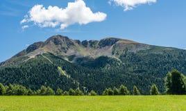 Osservi le montagne un giorno di estate, Tirolo del sud, Schwarzhorn delle dolomia nel passaggio di Oclini, Italia Fotografia Stock