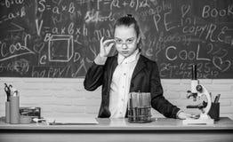 Osservi le reazioni chimiche Reazione chimica molto pi? emozionante della teoria Ragazza che lavora esperimento chimico fotografia stock libera da diritti