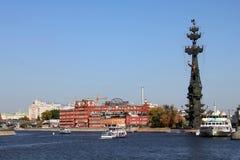Osservi su Peter il grandi monumento e Krasny Oktyabr, Mosca Immagini Stock Libere da Diritti