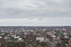 Osservi sulla via delle città sotto il cielo grigio Fotografia Stock