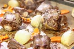 Ossestaartsoep met uien en wortelen royalty-vrije stock foto