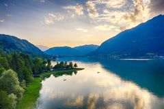 Ossiacher See in Kärnten. Scenic summertime panorama of Lake Ossiach. In Carinthia. Famous touristic area close to Villach in the south of Austria stock photos
