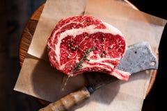 Osso in bistecca di fila di Rib Eye sui pezzi di sale Fotografia Stock Libera da Diritti