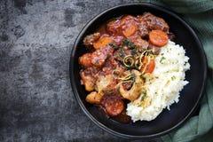 Osso Bucco炖牛肉有在板岩的土豆饲料顶视图 免版税库存照片