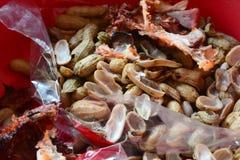 Osso del pollo, coperture del fagiolo e sacchetto di plastica nel recipiente fotografie stock