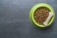 Osso e alimento para cães de cão imagens de stock royalty free