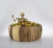 Osso in tubo di legno con la moneta dei soldi Fotografie Stock