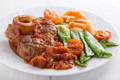 Ossobuco Ð-¡ ross-geschnittene Kalbfleischschäfte gedünstet mit Gemüse lizenzfreie stockfotos