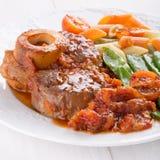 Ossobuco Ð-¡ ross-geschnittene Kalbfleischschäfte gedünstet mit Gemüse stockbilder