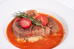 Ossobuco com batatas e molho de tomate triturados Fotografia de Stock Royalty Free