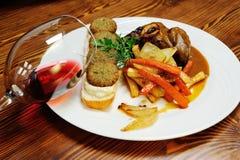 Ossobuco com falafel e vinho tinto Fotos de Stock Royalty Free