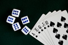 Ossos brancos jogados na tabela, um resplendor real das pás Escuro - pano verde Fotografia de Stock