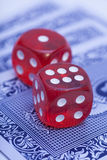 Ossos vermelhos em cartões de jogo Imagem de Stock Royalty Free