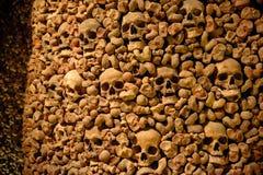 Ossuaire de Brno dans le cachot de St James Chuch Images stock