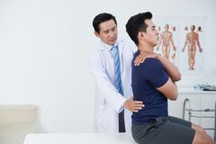 Ostéopathe palpant de retour Photos stock