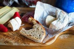 Ost av camemberttyp, biten bröd, hallon royaltyfria foton