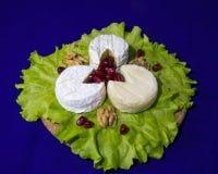Ost av tre variationer på en platta med grönsallatsida- och valnöthelgonet-remy, Crottin D Eyubonne, Shayba Royaltyfri Fotografi