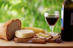 Ost, bröd och rött vin Fotografering för Bildbyråer
