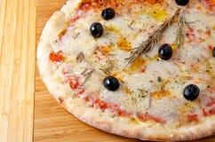 Ost för pizzaquattroformaggi 4 på ett träbräde Arkivbilder