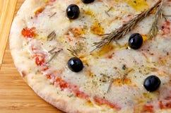 Ost för pizzaquattroformaggi 4 på ett träbräde Royaltyfri Foto